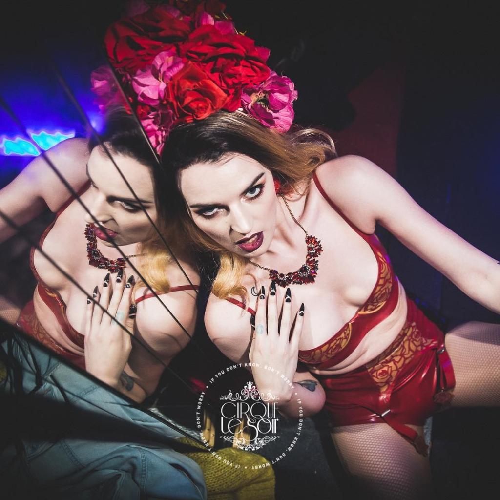 girl in VIP table cirque le soir