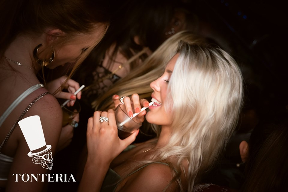girls drinking in tonteria